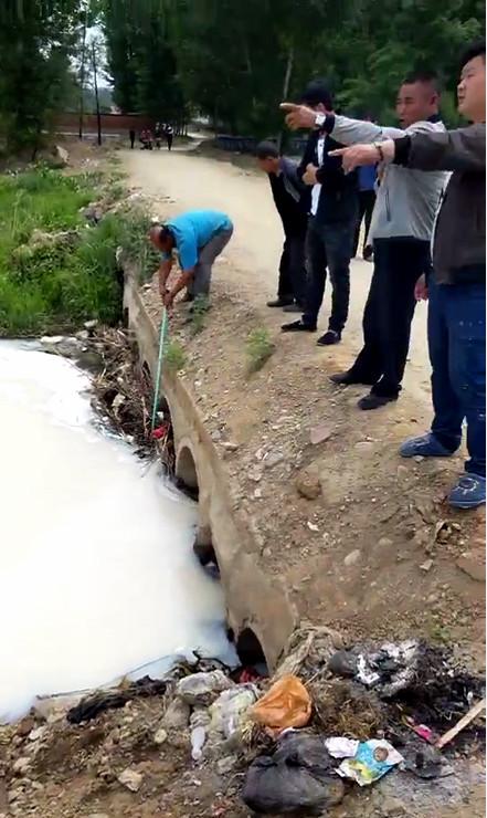"""宽城县汤道河黄土坡沿线河道饮用水被化学品污染变成""""牛奶河"""""""