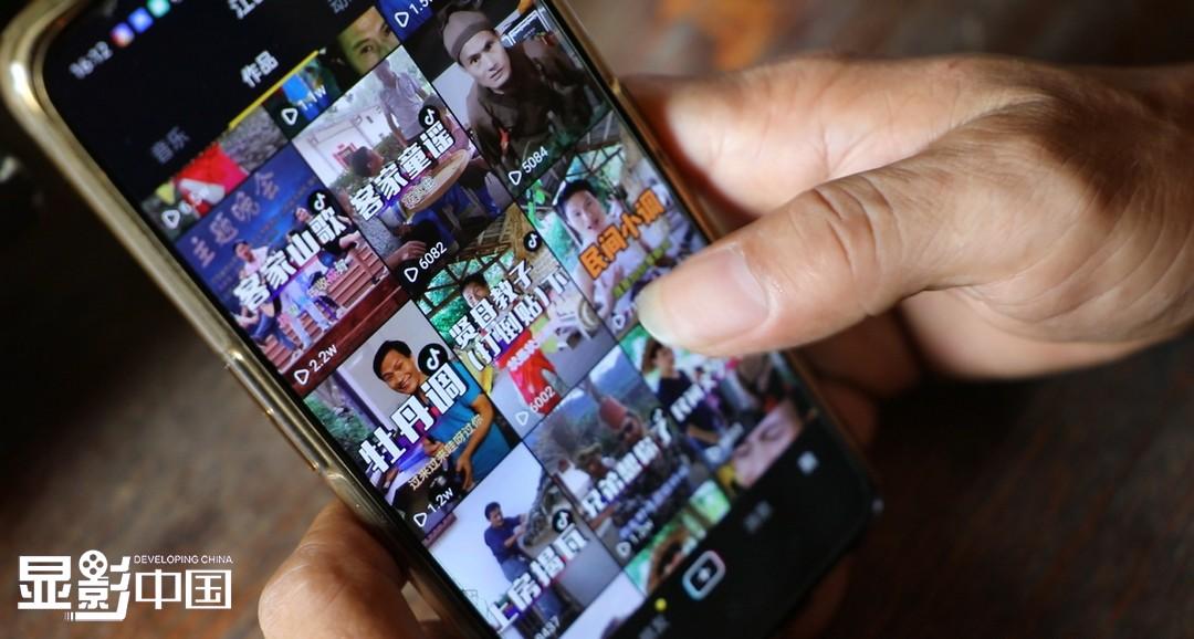 闲暇之余,罗名华还会把改编的传统民间小调、美丽风景拍成短视频发送到网上。不少外地游客慕名前来。新华网 王晓震摄
